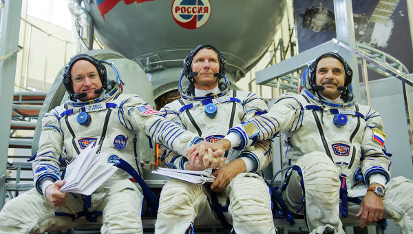 Астронавт НАСА Скотт Келли (слева)