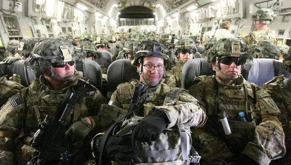 Американские военнослужащие в транспортном самолете. Архивное фото