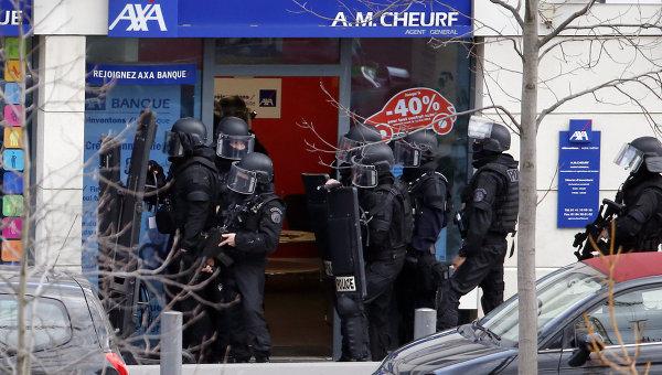 Сотрудники полиции возле почтового отделения под Парижем, где неизвестный захватил заложников