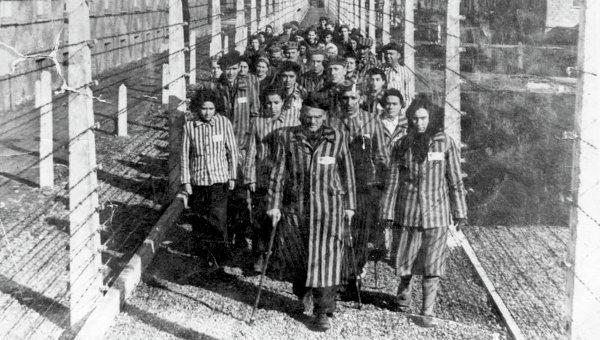 Заключенные в концентрационном лагере Освенцим. Архивное фото