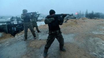 Солдаты Украинской армии ведут обстрел позиций ополченцев у поселка Пески, Донецкая область. 21 января 2015