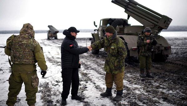 Украинские военные рядом с установкой Град. Архивное фото