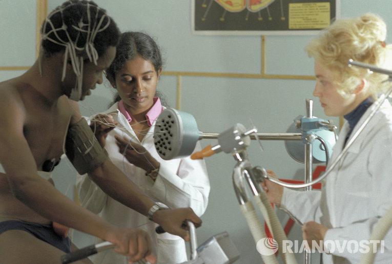 Студенты медицинского факультета РУДН имени Патриса Лумумбы на лабораторных занятиях