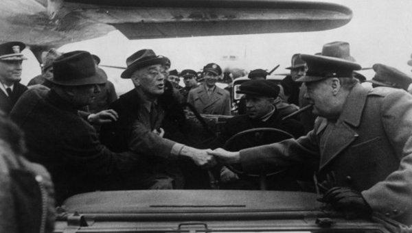 Президент США Франклин Делано Рузвельт и премьер-министр Великобритании Уинстон Черчилль на Ялтинской конференции. 1945