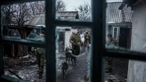 Ополченцы Донецкой народной республики патрулируют территорию возле города Дебальцево. Архивное фото