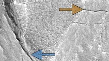 Снимок с камеры HiRISE на борту зонда MRO, на котором отмечены марсианские овраги