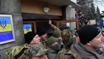 Бойцы Айдара штурмуют проходную Минобороны Украины