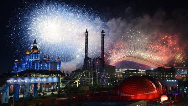 Салют над стадионом Фишт во время церемонии закрытия XXII зимних Олимпийских игр в Сочи. Архивное фото