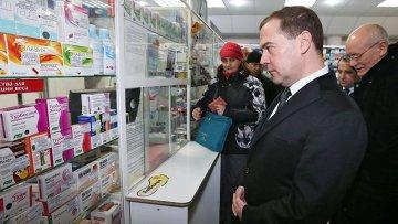 Председатель правительства России Дмитрий Медведев в аптеке города Уфы. 3 февраля 2015