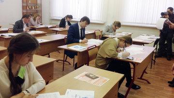 Глава Рособрнадзора Сергей Кравцов сдает ЕГЭ по литературе