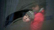 Женщина с ребеноком в автобусе перед отъездом из Дебальцево