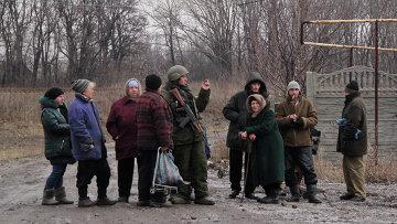 Ополченец Донецкой народной республики среди местных жителей в Углегорске