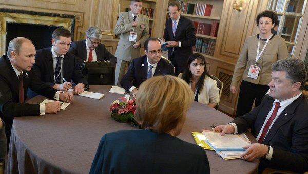 Президент РФ Владимир Путин (слева), президент Украины Петр Порошенко (справа), федеральный канцлер Германии Ангела Меркель (в центре на первом плане) и президент Франции Франсуа Олланд (в центре на втором плане