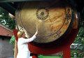 Канцлер Германии Ангела Меркель бьет в гигантский барабан во время визита Вьетнама
