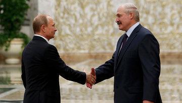 Президент России Владимир Путин и президент Белоруссии Александр Лукашенко во время встречи во Дворце независимости в Минске