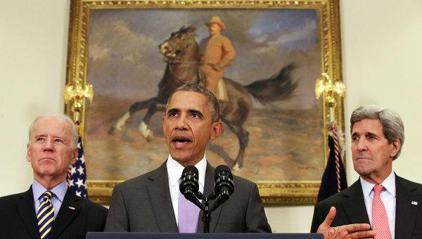 Президент США Барак Обама, вице-президент Джо Байден и госсекретарь Джон Керри во время брифинга в Белом доме