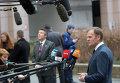 Глава Евросовета Дональд Туск общается с журналистами перед саммитом ЕС в Брюсселе