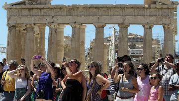 Туристы в Акрополисе. Афины. Архивное фото