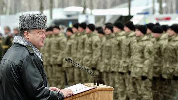 Президент Украины Петр Порошенко произносит речь перед бойцами Национальной гвардии Украины