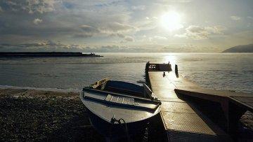 Лодка на берегу озера Байкал. Архивное фото