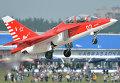 Самолет Як-130 во время демонстрационного полета на Международном авиационно-космическом салоне МАКС - 2013 в Жуковском