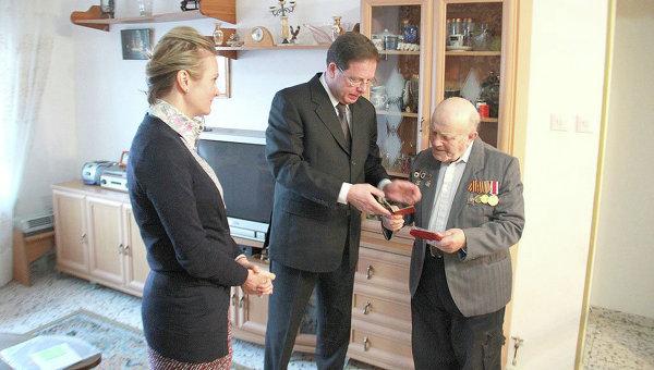 Вручение медали За отвагу Льву Крымскому в Израиле