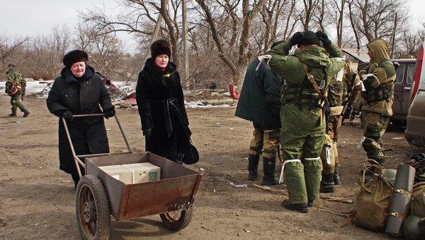 Жители Дебальцево и ополченцы Донецкой народной республики на востоке Украины
