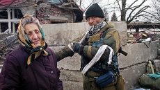 Жительница села Дебальцево и ополченец Донецкой народной республики