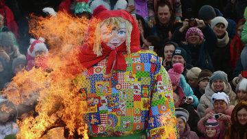 Сжигание чучела зимы на праздновании Масленицы. Архивное фото