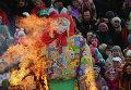 Сжигание чучела зимы на праздновании Масленицы в Суздале