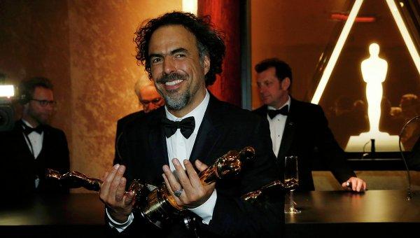 Алехандро Гонсалес Иньяриту со статуэтками Оскара, 23 февраля 2015