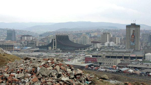 Парламент Косово забрасывали камнями изаливали «слезоточкой»