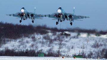 Пара истребетелей Су-33 279 морской авиации Северного флота садится на аэродром Североморск-3. Архивное фото