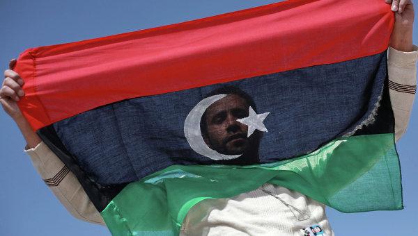 Житель Бенгази с флагом Ливии. Архивное фото