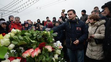 Илья Яшин возлагает цветы на месте убийства политика Бориса Немцова. Архивное фото