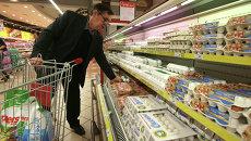 Покупатель в торговом зале гипермаркета. Архивное фото