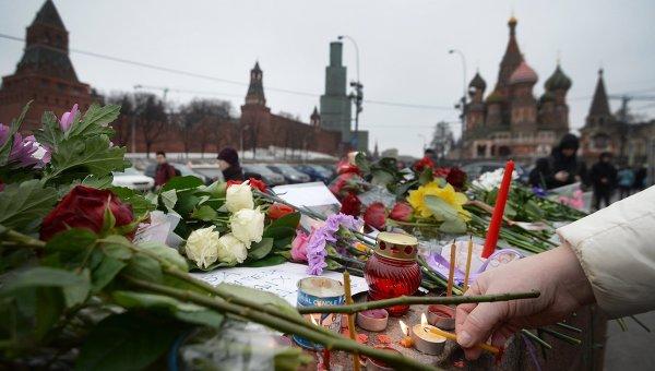 Цветы на месте убийства политика Бориса Немцова
