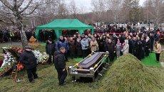 Родственники и соратники на похоронах политика Бориса Немцова на Троекуровском кладбище. Архивное фото