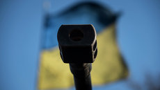 Оружейный ствол на фоне флага Украины, Архивное фото