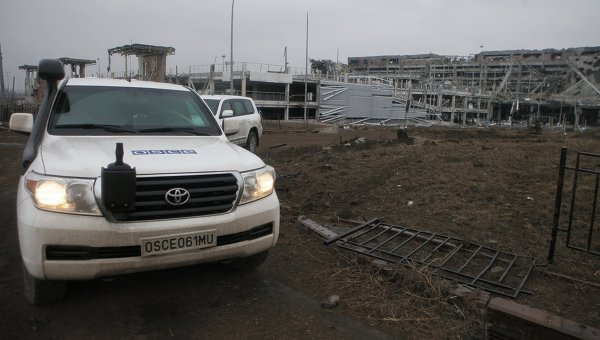 Автомашины миссии ОБСЕ у аэропорта города Донецка. Архивное фото