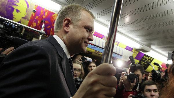 Руководитель Департамента культуры Москвы Сергей Капков в вагоне Поезда поэзии в московском метро