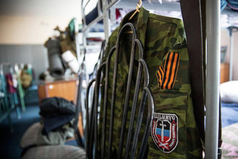 Китель ополченца ДНР в казарме батальона Кальмиус в Донецке