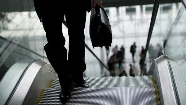 Мужчина с портфелем, архивное фото