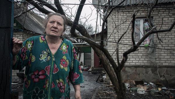 Жительница Донбасса у дома, пострадавшего во время боевых действий. Архивное фото