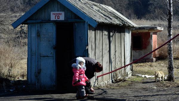 Женщина и девочка перед входом в бомбоубежище в районе аэропорта Донецка, Украина