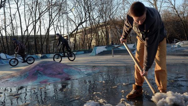 Подросток расчищает площадку для катания в парке Сокольники в Москве. Архивное фото