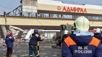 Сотрудники МЧС РФ во время разбора завалов на месте пожара в казанском торговом центре Адмирал. Архивное фото
