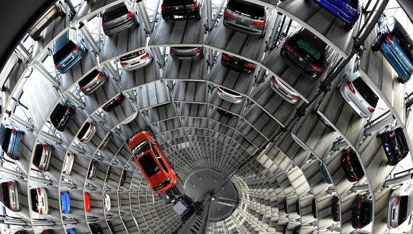 Многоуровневая парковка на заводе Volkswagen в Вольфсбурге, Германия. Архивное фото
