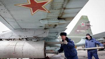 Подготовка реактивного истребителя Су-25 ВВС России во время учений в Ставропольском крае. 12 марта 2015