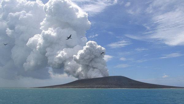 Извержение вулкана на одном из островов Тонга. Январь 2015